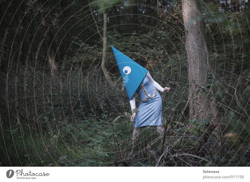 Ich bin Pilze suchen. Mensch Frau Natur Sommer Baum Wald Umwelt Erwachsene Auge feminin Sträucher Suche Hut Maske Rock skurril