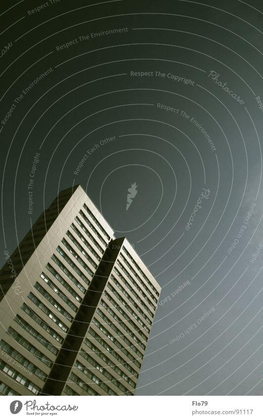 Einen Doppelten! Haus Stadt Kreuzberg Plattenbau Hochhaus graphisch Beton Wohnung Etage trist Fenster grün dunkelgrün grau himmlisch Himmel Fernweh springen