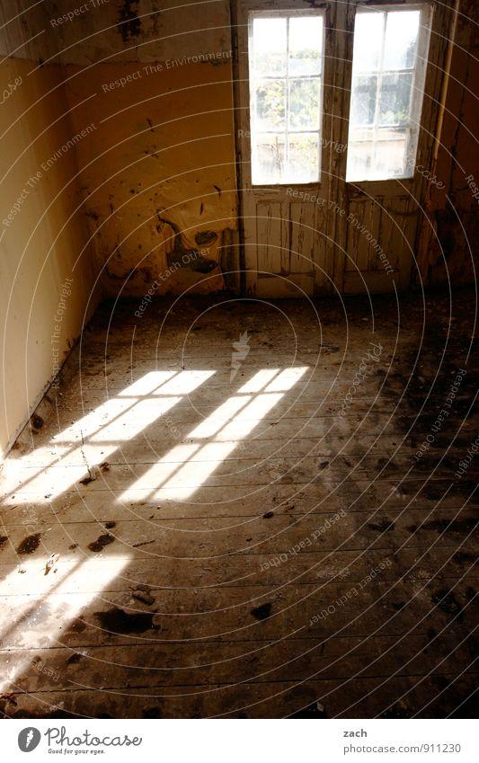 Windows alt Haus Fenster Wand Mauer Stein braun Fassade Wohnung dreckig Häusliches Leben Tür kaputt Umzug (Wohnungswechsel) Vergangenheit Balkon