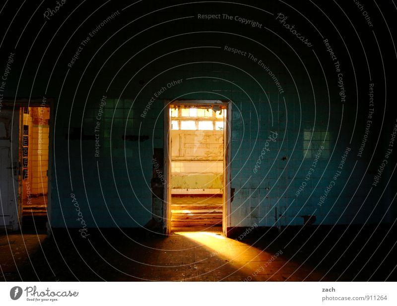 es scheint so... blau Haus dunkel Fenster Wand Innenarchitektur Beleuchtung Mauer Gebäude Fassade Wohnung Raum Häusliches Leben Tür leuchten gold