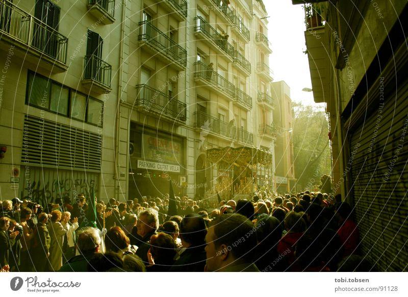 BCN Barcelona Spanien Semana Santa Menschenmenge Fassade Wagen Gegenlicht Lichteinfall Physik Menschengruppe Maske Wärme