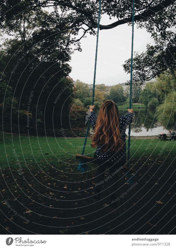 swing life away. Mensch Kind Jugendliche Stadt schön grün Baum Junge Frau 18-30 Jahre Erwachsene Herbst feminin Gras natürlich Glück Haare & Frisuren