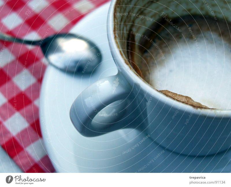 kaffee Espresso genießen Pause Löffel Tasse rot weiß Café Cappuccino Kaffeepause Tisch trinken Keramik leer Teller Getränk Ernährung loeffelchen coffein