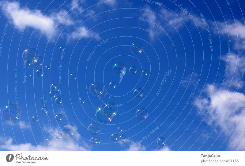 Seifenblasen II Luft Wolken Spielzeug träumen schimmern mehrfarbig glänzend weiß Kindheitserinnerung Erinnerung Schweben Freude Himmel Farbe lustig Glück blau