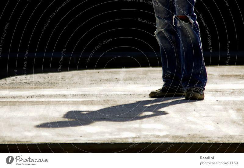 meine sicht der dinge Mensch Mann Sonne Ferien & Urlaub & Reisen Sommer ruhig Wärme Denken Beine Kunst Zeit warten modern stehen Bodenbelag Macht