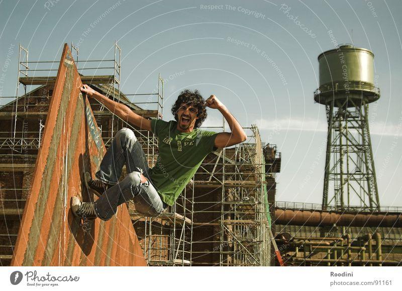 YEAH!!! Mensch Mann Jugendliche alt Ferien & Urlaub & Reisen Sommer Freude Leben Wand oben Freiheit springen Park Gesundheit Kraft Angst