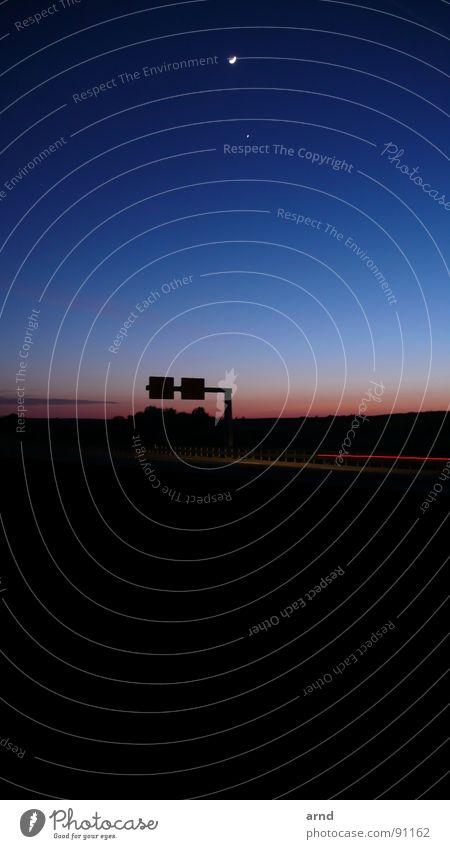 moontorway Nacht Hinweisschild Langzeitbelichtung Dämmerung Sonnenuntergang Verkehr Wolken Halbmond fahren unterwegs Straßennamenschild PKW Mond Himmel Abend