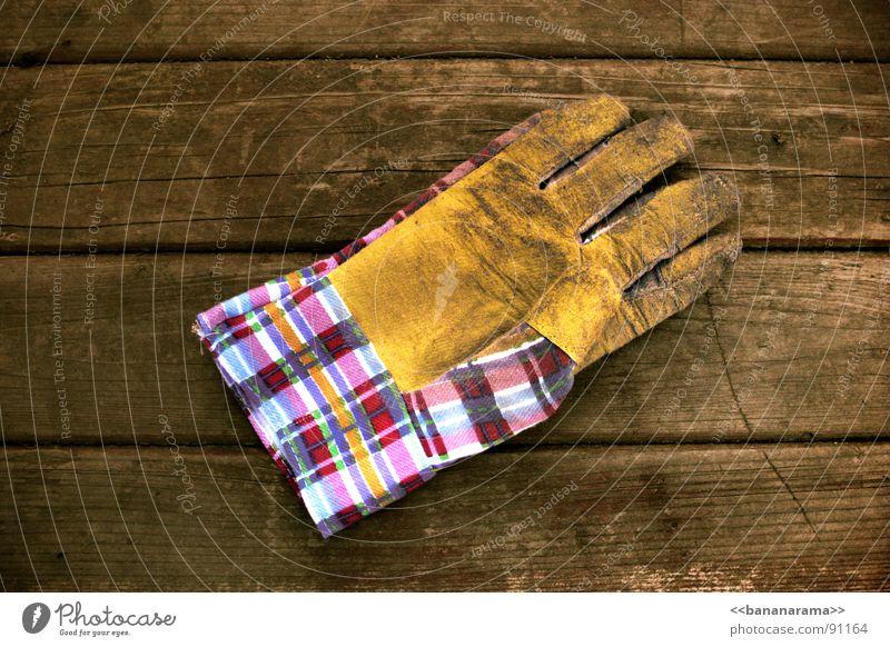 We can work it out. Handschuhe Holz Tisch Arbeit & Erwerbstätigkeit Gärtner Werkzeug Baustelle Handwerk working Garten Schutz berühren Industriefotografie