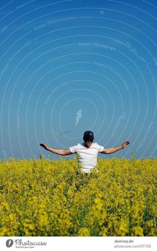 wer fliegt... Mann Sommer Blume Freude Wolken gelb Spielen springen lustig Feld Freizeit & Hobby Mund Arme Haut fliegen Nase