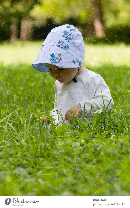 Neugier Kind Baby Kleinkind Mädchen Mütze Gras Wiese sitzen entdecken Blick feminin grün Sommer Frühling Außenaufnahme Natur