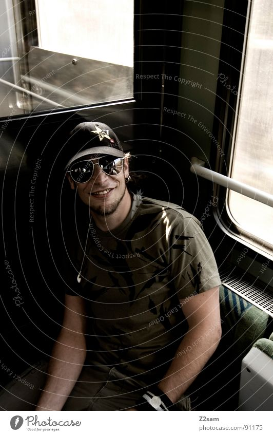 in the train IV Eisenbahn Ferien & Urlaub & Reisen unterwegs fahren Gleise Mann Sonnenbrille Baseballmütze Bart maskulin Licht Sonnenstrahlen Streifen Muster