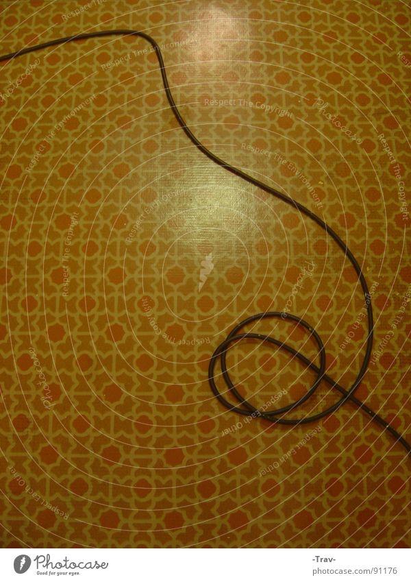 Linoleum rot schwarz gelb Lampe Arbeit & Erwerbstätigkeit braun leer Schnur Wohnzimmer DDR altmodisch ausleeren tapezieren