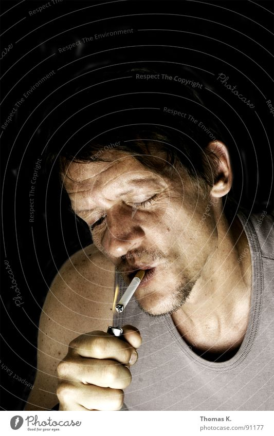 Tschicken bringt an um. Porträt Zigarette Feuerzeug Hand Verbote anzünden entzünden Brand Kopf Rauchen come on light my