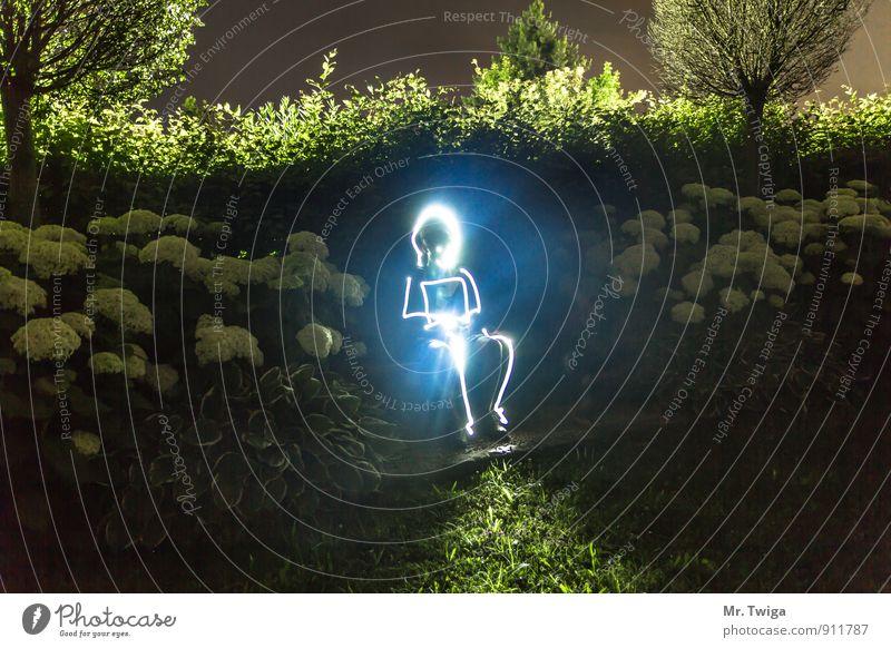 Glowing Man Mensch blau grün weiß Baum Blume kalt Gras Garten hell Kunst Energiewirtschaft leuchten Sträucher sitzen Zukunft
