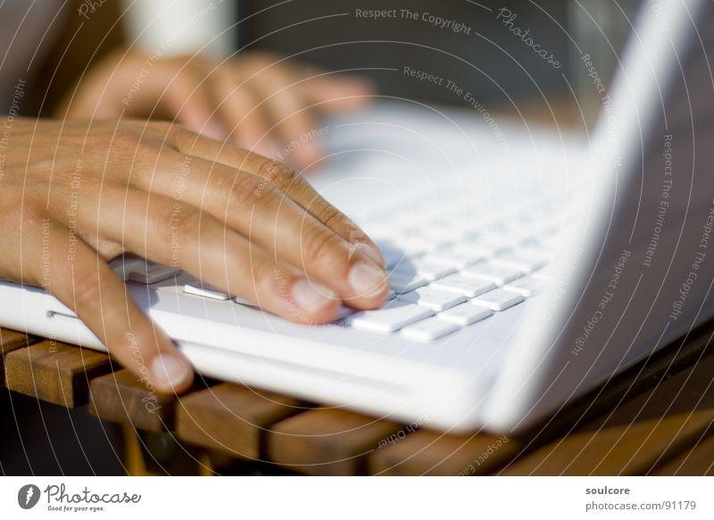 Arbeit in der Sonne Computer Hand Informationstechnologie Arbeit & Erwerbstätigkeit Bildung Business Internet Studium lernen Technik & Technologie Freizeit & Hobby Notebook Balkon Computernetzwerk Elektrisches Gerät
