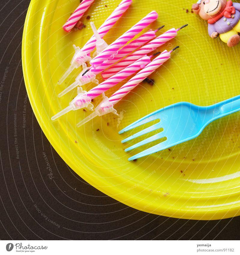 Frühstückskuchen braun gelb rosa weiß rund Tisch Teller Gabel Kerze Dekoration & Verzierung Pappfigur Krümel Kuchen Torte Dessert Jubiläum Party