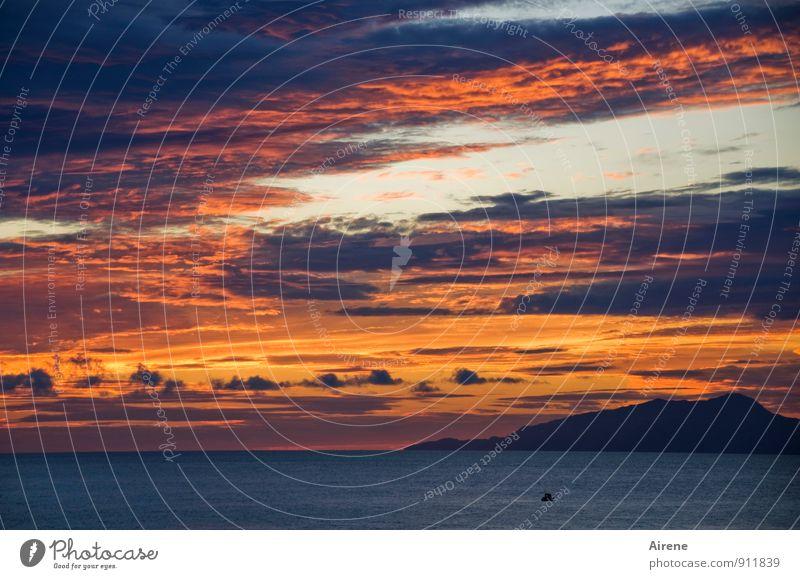 ...und es ward so Himmel blau schön Wasser Meer rot Wolken Berge u. Gebirge Horizont orange Insel einzigartig Urelemente Glaube Abenddämmerung Respekt