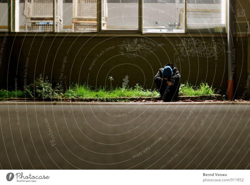 aussen.seiter Mann Erwachsene Gebäude Straße sitzen blau grün schwarz Pause obdachlos Hoffnungslosigkeit Kapuze Kapuzenpullover Lagerhalle Halle