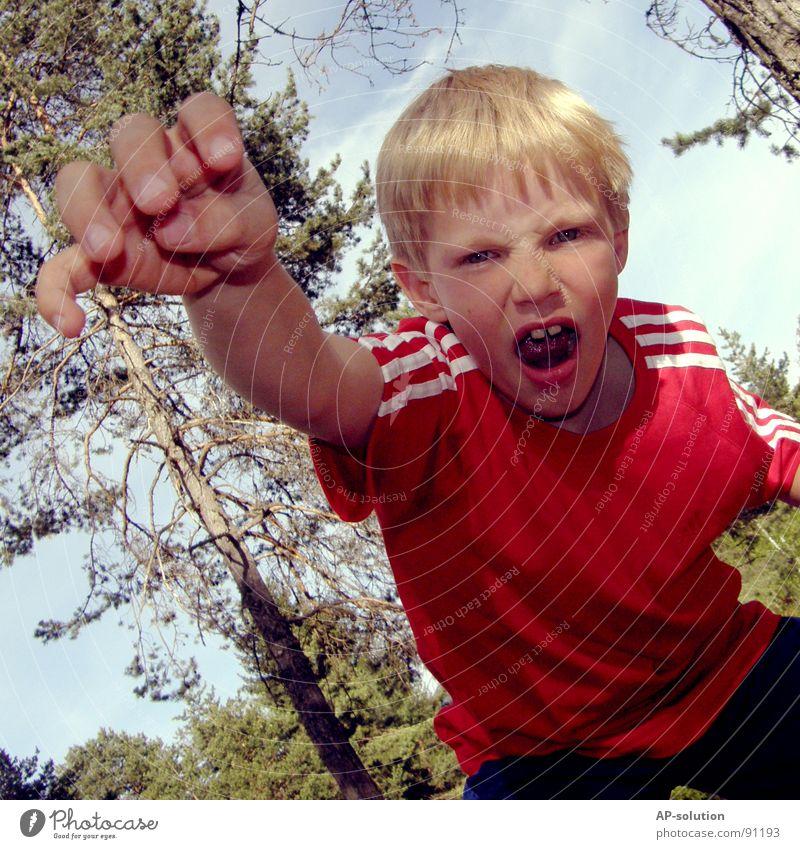 GRROOOAAAH! Junge Kind blond Grimasse Gesichtsausdruck Gefühle gestikulieren Krallen Zahnlücke Hand Finger Faust erschrecken Wut böse T-Shirt rot Wald