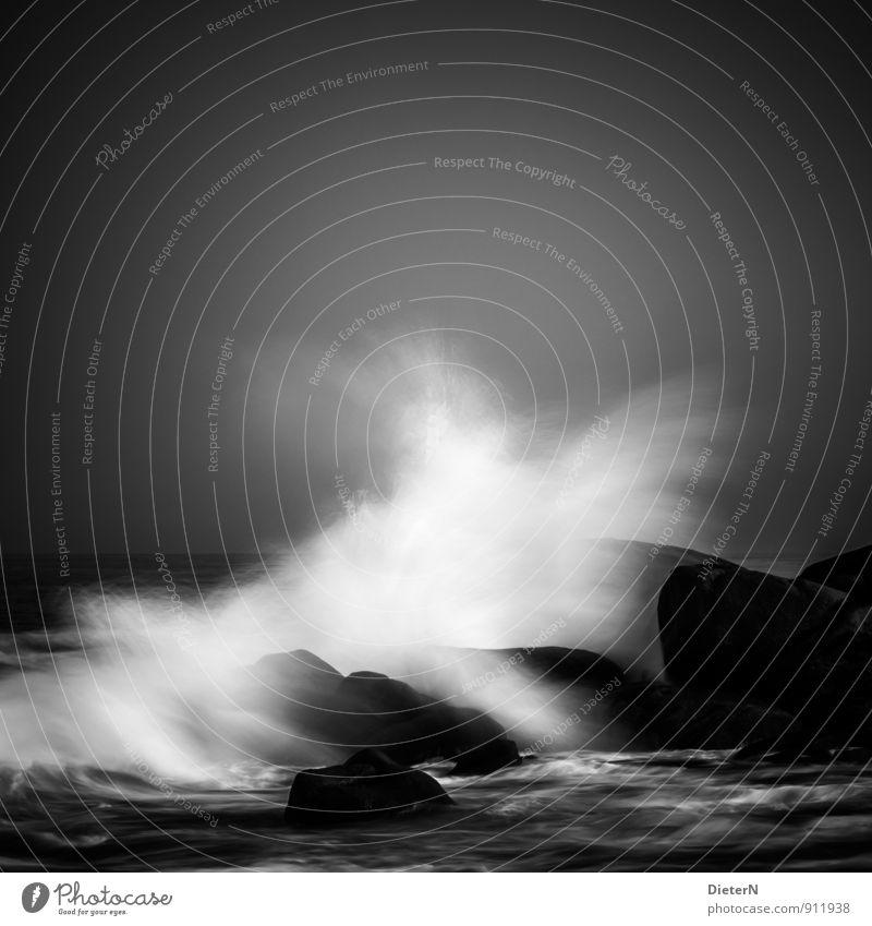 Wellenbrecher Umwelt Landschaft Urelemente Luft Wasser Wassertropfen Himmel schlechtes Wetter Wind Sturm Küste Meer grau schwarz weiß Stein Felsen Horizont