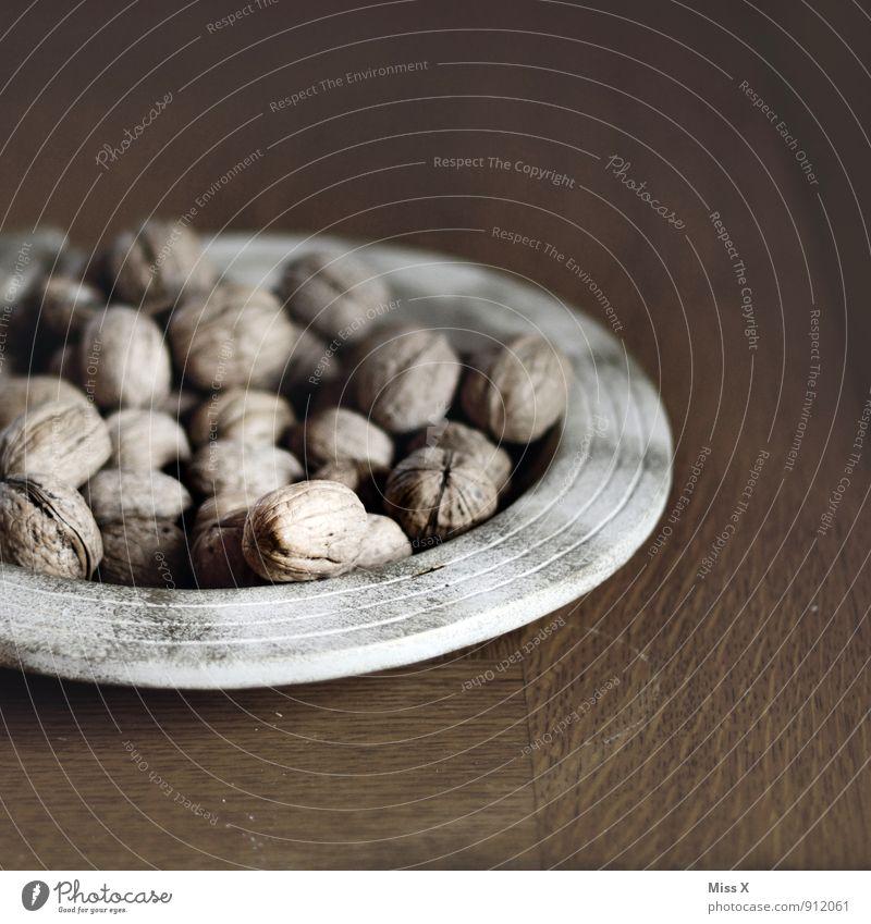 Walnüsse Lebensmittel Ernährung Bioprodukte Vegetarische Ernährung Teller Dekoration & Verzierung braun Walnuss Nuss Nussschale hart Tellerrand Holztisch