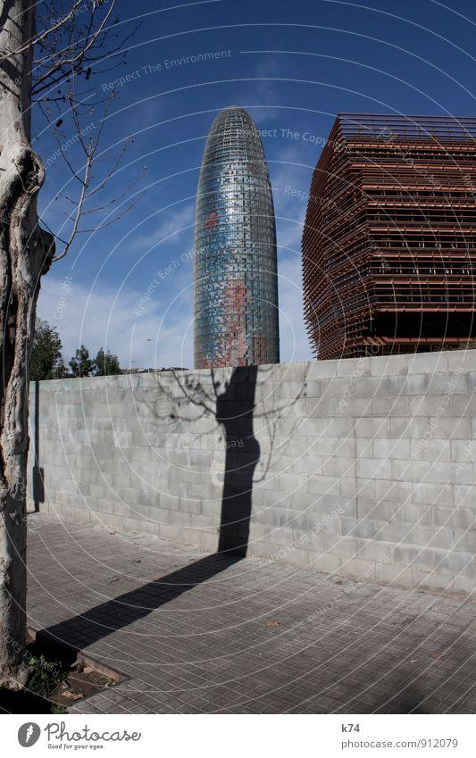 Torre Agbar Himmel Baum Barcelona Hochhaus Gebäude Architektur Bürogebäude Mauer Wand Wahrzeichen Stein Beton Glas Metall glänzend groß hoch modern Stadt blau
