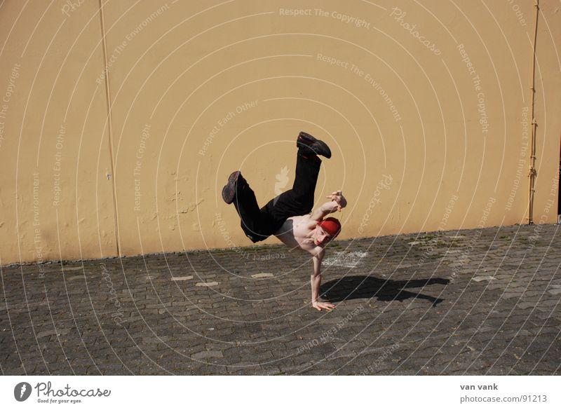 Lastträger gelb Sport Wand Spielen Stein Tanzen orange Asphalt Breakdancer Handstand