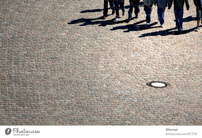 pflaster02 Fußgänger Gully Straßenbelag Wege & Pfade Richtung Muster Strukturen & Formen Raster marschieren Zusammenhalt stark Zusammensein Kraft Menschengruppe