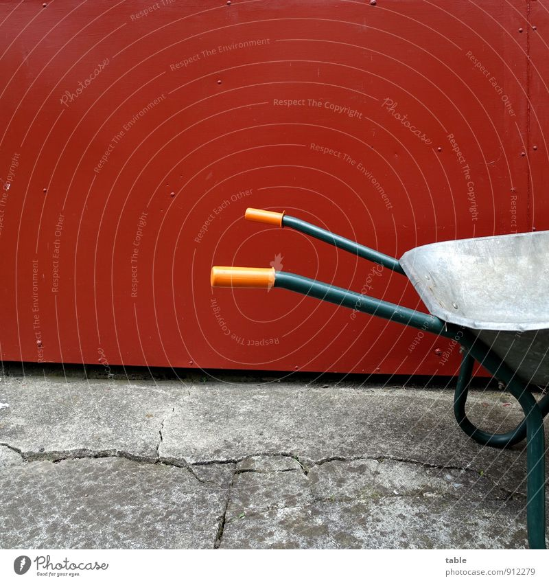 sieht nach Arbeit aus . . . rot schwarz dunkel Wand Mauer grau Holz Garten Arbeit & Erwerbstätigkeit Fassade Freizeit & Hobby stehen leer Beton Pause Baustelle