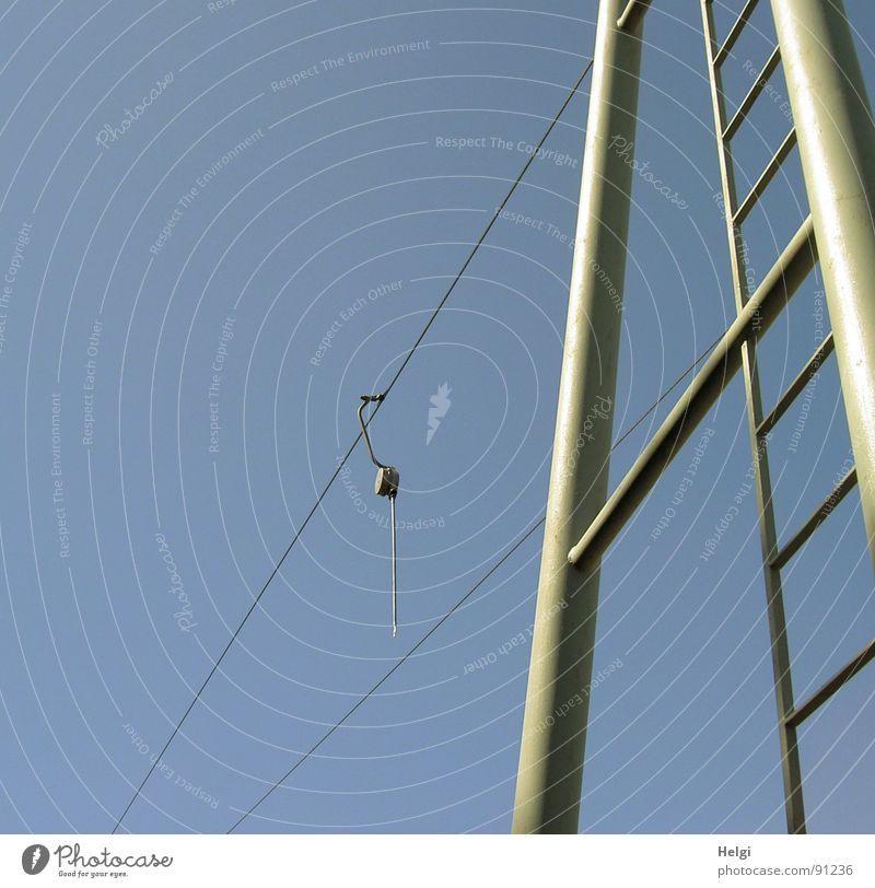 Seilbahn Himmel blau schön Freude Spielen grau Linie hoch Seil groß verrückt dünn Aussicht Schönes Wetter Strommast aufwärts