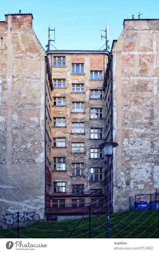 Hochhinhaus Stadt Altstadt Skyline Menschenleer Haus Hochhaus Gebäude Architektur Mauer Wand Treppe Fassade Fenster Tür Dach Schornstein Antenne dunkel blau