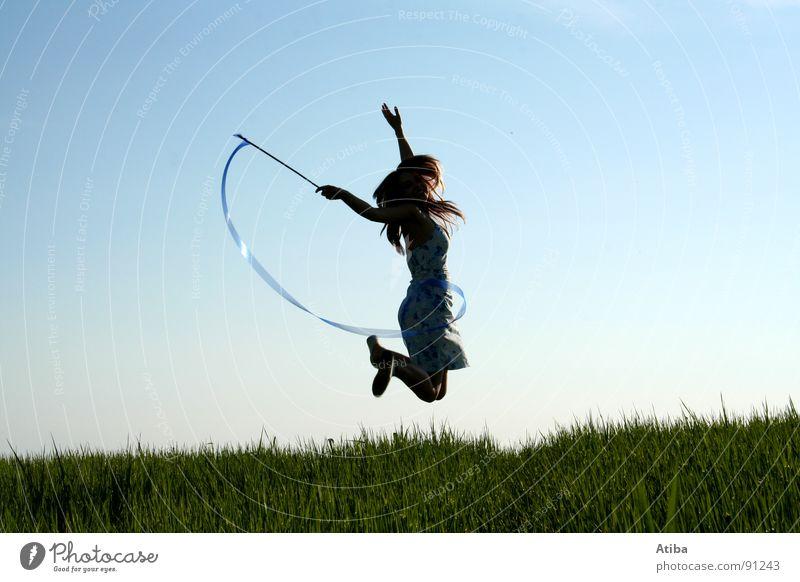 die gute fee Feld Wiese grün feminin Frau Mädchen Zauberstab springen Kleid Zauberei u. Magie Märchen Sommer Himmel blau Fee Stab Aktion Dynamik
