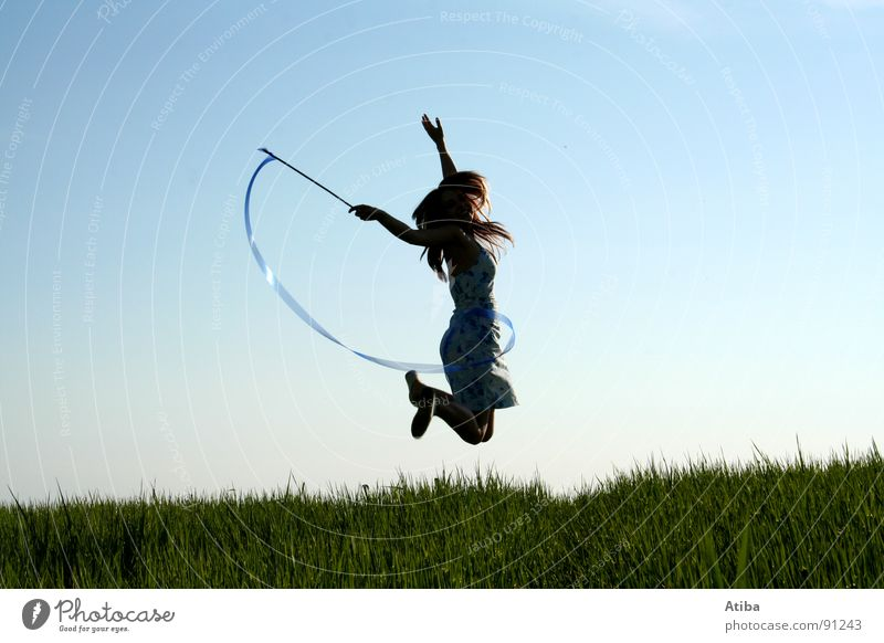die gute fee Frau Himmel blau grün Sommer Mädchen Wiese feminin springen Feld Aktion Kleid Dynamik Märchen Zauberei u. Magie Stab