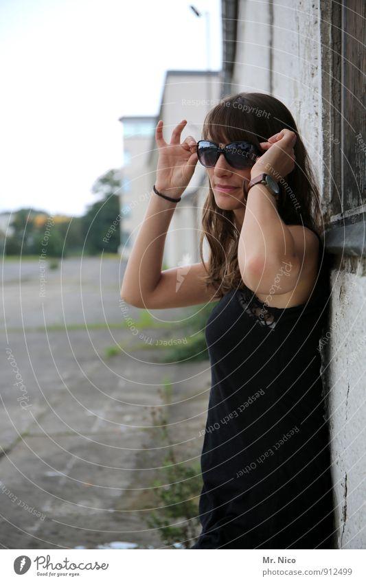 look , don't touch! Jugendliche schön Junge Frau 18-30 Jahre schwarz Umwelt Erwachsene Gesicht Wand feminin Wege & Pfade Mauer Gebäude Mode Fassade Lifestyle
