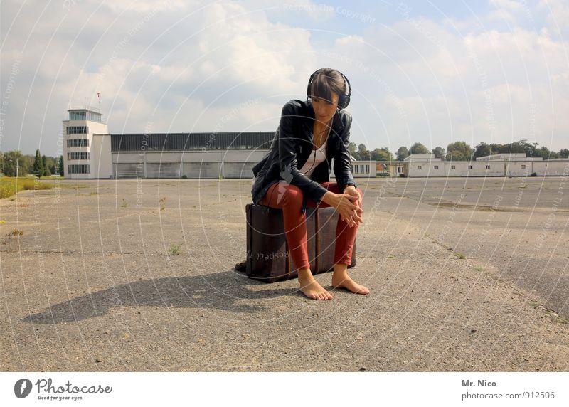 die welt steht still Lifestyle Ferien & Urlaub & Reisen Sommer feminin Junge Frau Jugendliche 1 Mensch 18-30 Jahre Erwachsene Flughafen hören sitzen warten