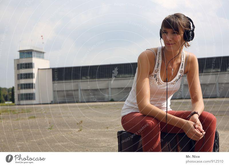 listen Lifestyle Ferien & Urlaub & Reisen MP3-Player feminin Junge Frau Jugendliche 1 Mensch 18-30 Jahre Erwachsene Stadt Industrieanlage Flughafen Bauwerk