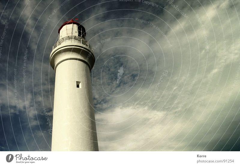 Der Turm am Meer III Farbfoto Gedeckte Farben Außenaufnahme Textfreiraum rechts Textfreiraum Mitte Abend Froschperspektive Ferne Freiheit Himmel Wolken Wind