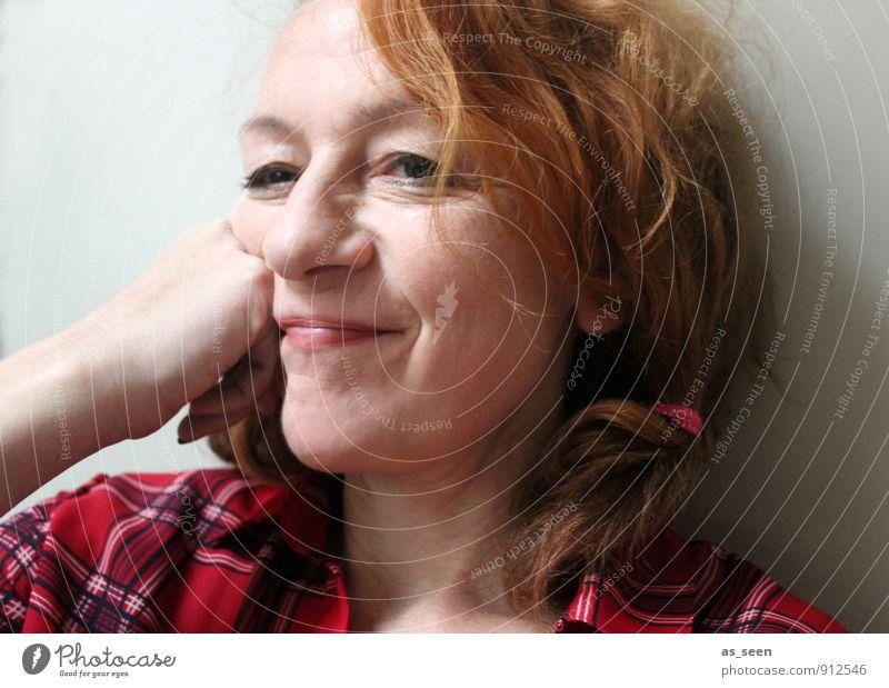 Pferde stehlen feminin Frau Erwachsene Leben Kopf Haare & Frisuren Hand 1 Mensch 30-45 Jahre rothaarig Locken Zopf Lächeln Freundlichkeit Fröhlichkeit natürlich