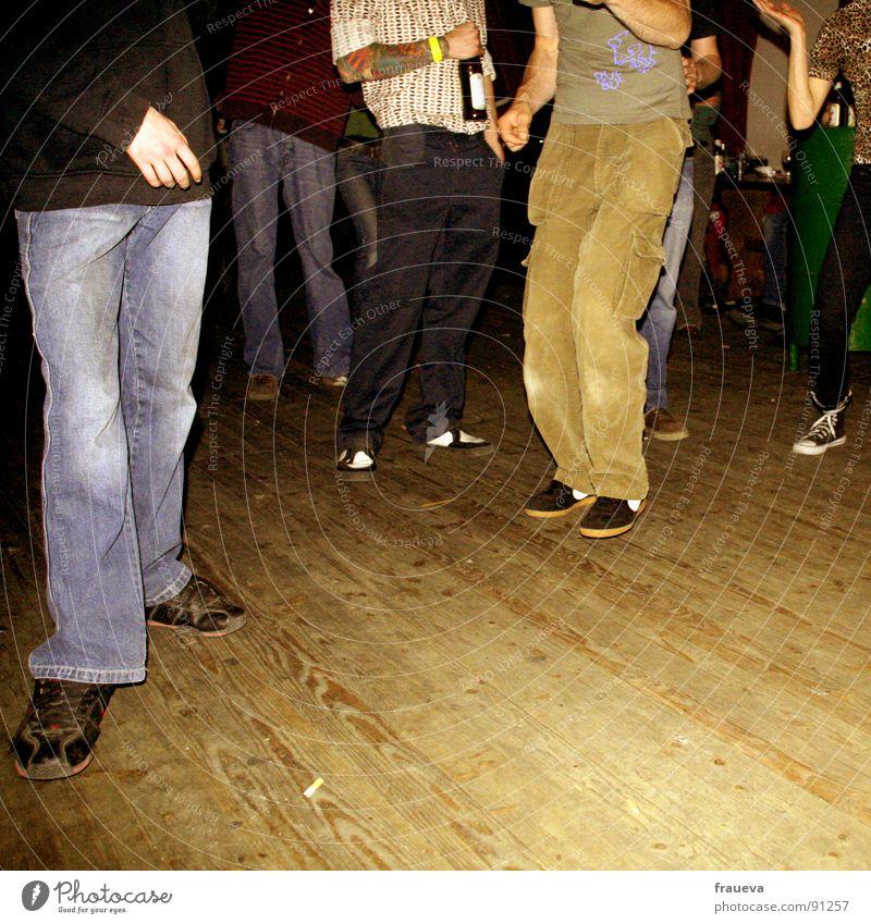 dance dance baby Party Holz urig Konzert Stil Mann Gute Laune Stimmung Innenaufnahme Hose Schuhe braun Bier Hand stehen Aktion Holzmehl Freude Club Musik Tanzen