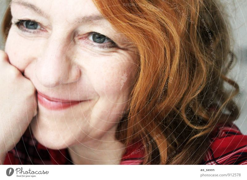 Smile harmonisch Zufriedenheit Frau Erwachsene Mutter Familie & Verwandtschaft Kopf Haare & Frisuren 1 Mensch 30-45 Jahre Mode Hemd kariert rothaarig Locken