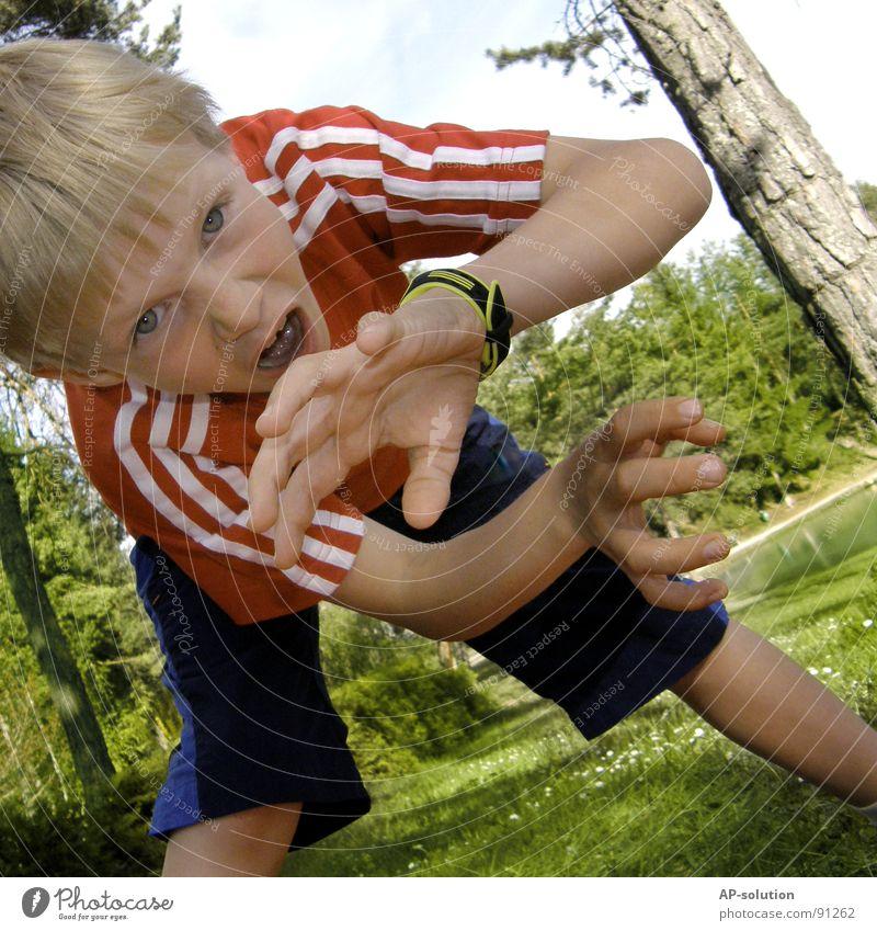 OAAAHHHRR! *2* Junge Kind blond Grimasse Gesichtsausdruck Gefühle gestikulieren Krallen Zahnlücke Hand Finger Faust erschrecken Wut böse T-Shirt rot Wald