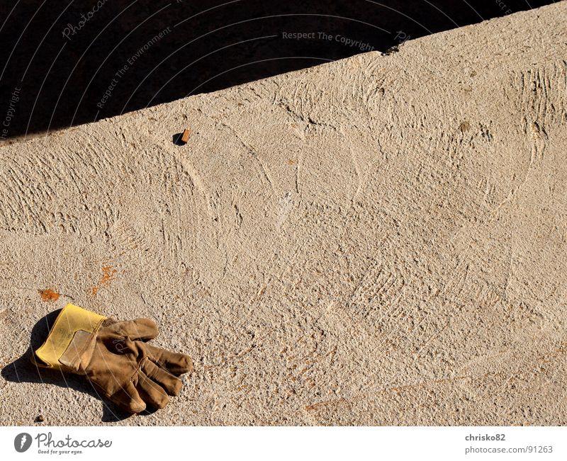 Arbeiterlos Handschuhe verloren Baustelle Arbeit & Erwerbstätigkeit Beton Tanzfläche Finger Handwerk Arbeiterhandschuh glove Schutz lost work sun Bodenbelag
