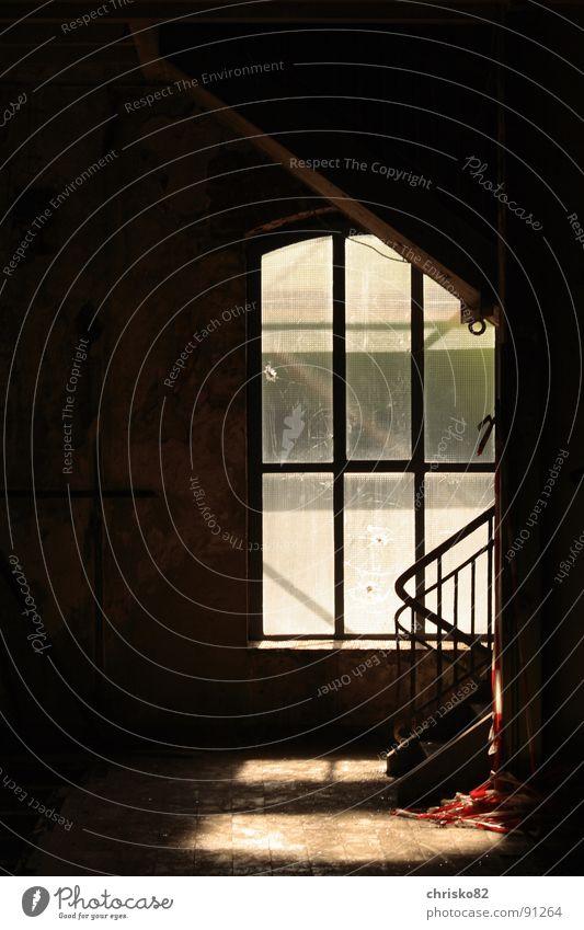 Industriefenster dunkel Fenster Wärme dreckig Treppe Baustelle Physik Geländer Staub Rahmen staubig