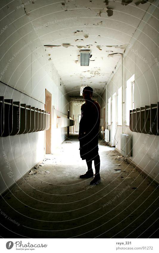 Silhouette Mensch Mann alt dunkel Fenster hell Tür Zeit Schulgebäude verfallen Flur Soldat Gang Haken Englisch Briten
