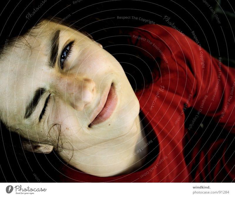 Dazzled Jugendliche rot Auge lachen braun Typ Gesicht Locken Sommersprossen blenden Zwinkern lockig bordeaux zusammengekniffen
