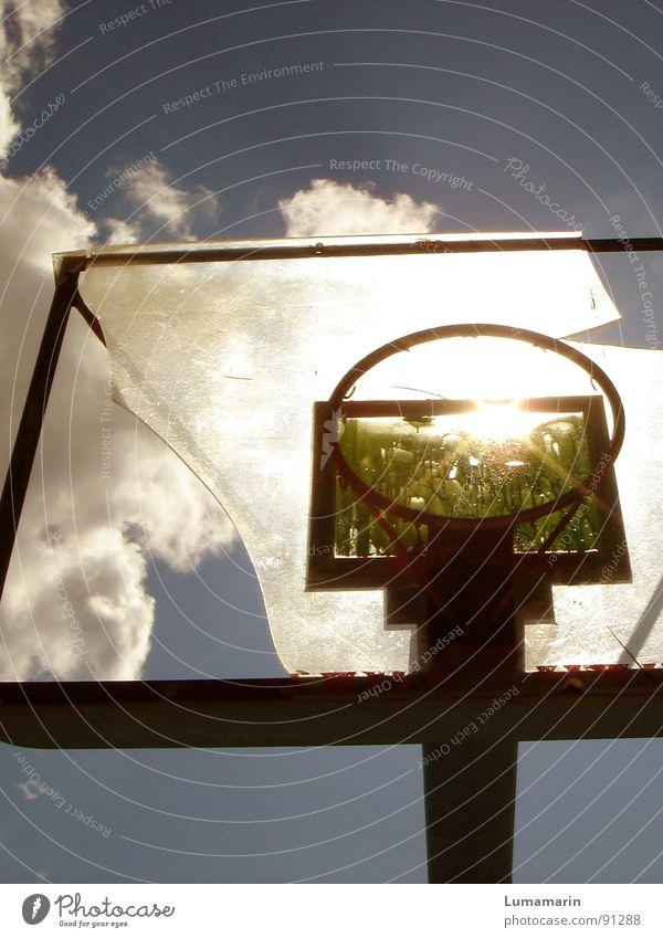 don't stop playing I Basketballkorb Korb Spielen Freizeit & Hobby Licht Wolken Sommer Physik zielen Zerstörung Scherbe Vandalismus Wut Frustration Enttäuschung