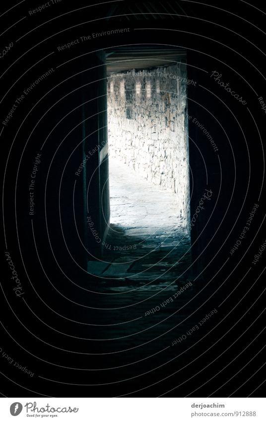 Licht am Ende des Ganges alt Sommer ruhig dunkel Bewegung grau Holz Stein Deutschland ästhetisch Ausflug beobachten fantastisch Schönes Wetter Bauwerk entdecken