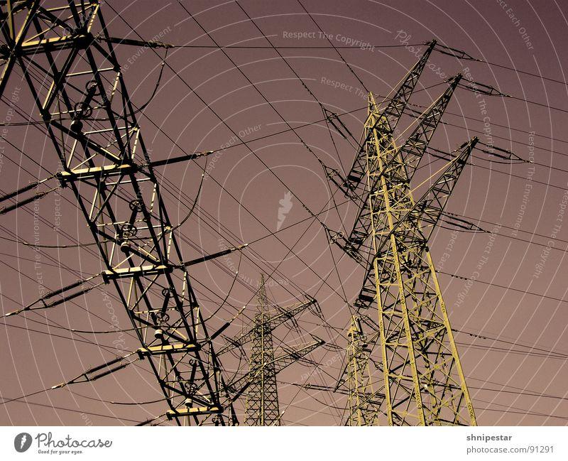 FunkenInduktor No. 1548 Sommer Einsamkeit Metall Linie Wind Kraft Feld Energiewirtschaft gefährlich Elektrizität Industrie bedrohlich Stahl Rost skurril Strommast