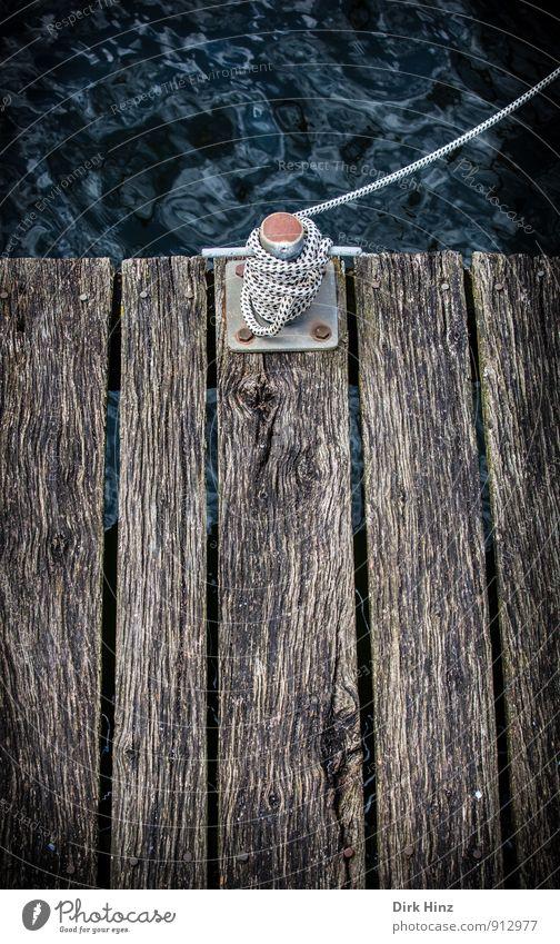 Festmacher alt Wasser Meer Küste Holz braun Wellen Seil Zeichen Sicherheit Hafen Vertrauen fest Rost Schifffahrt Steg