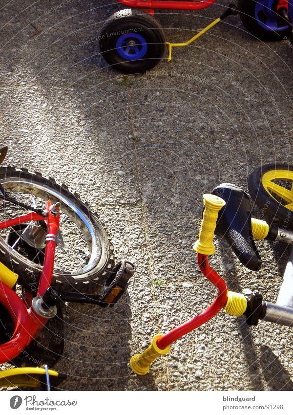 Fahren lernen rot Sommer Freude gelb Spielen Fahrrad Beton Verkehr Griff Unfall Speichen Fahrradlenker Kinderfahrrad Dreirad